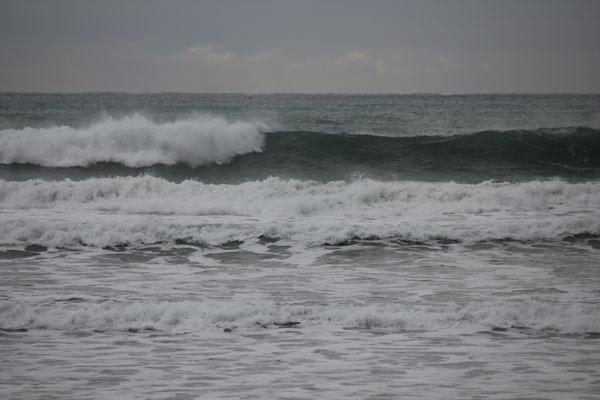 大波用のボードでサーフ
